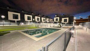 Vista nocturna residencial Lomas del canaveral piscina